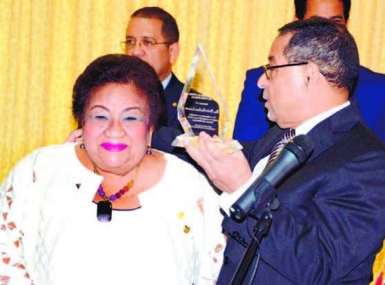 La sustituida jueza Martha Olga García recibe placa y deja mensaje