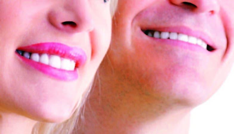 Los pacientes con implantes dentales deben llevar una cuidadosa rutina de higiene oral.