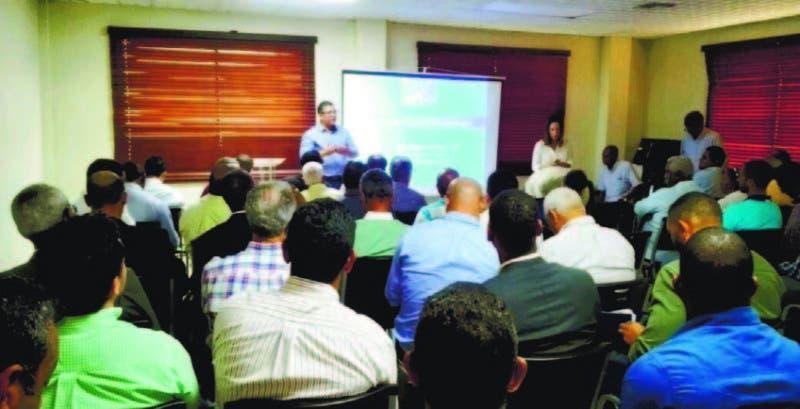 Luiz Agenlo Misola habla a productores sobre la producción del coco en el país