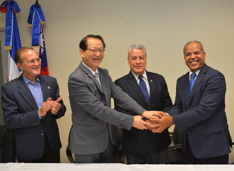 De izquierda a derecha, Ignacio Méndez, viceministro de Fomento a las MiPymes; el embajador de Taiwán, Valentino Tang; el titular del MICM, arquitecto Nelson Toca Simó, y el director ejecutivo del FEDA, ingeniero Casimiro Ramos se saludan tras la firma del acuerdo.