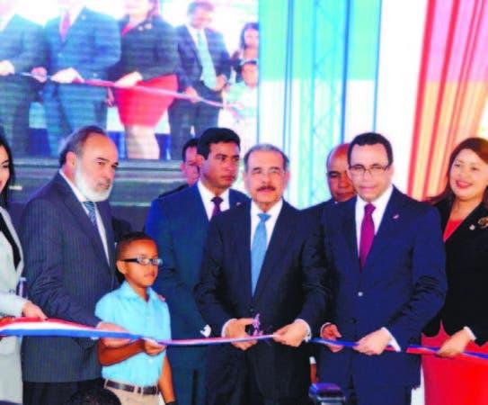 Medina entrega escuela y estancia infantil a La Romana