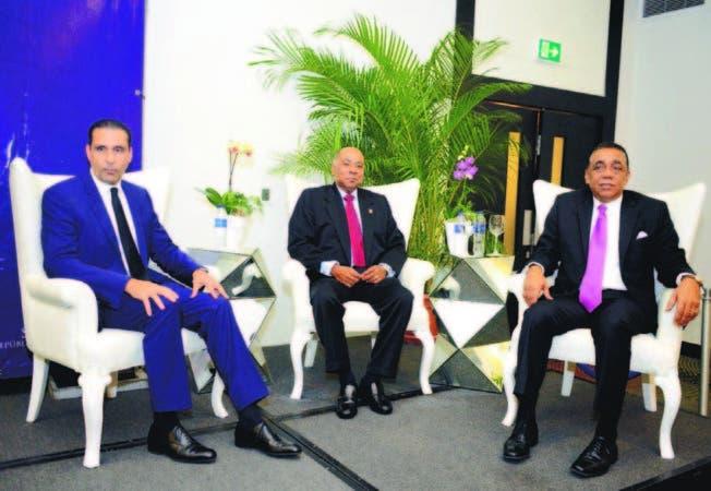 Milton Ray, junto a Henry Mejía y a Servio Tulio Castaños Guzmán en el Ciclo de Conferencias Magistrale