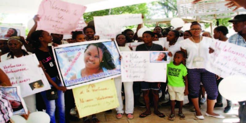 Mujeres se concentran en el parque Central de Villa Mella en protesta contra feminicidios y la violencia