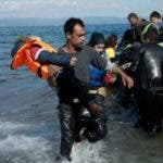 La policía busca al traficante de personas que abandonó la barca cuando esta comenzó a hundirse, agregó la agencia.