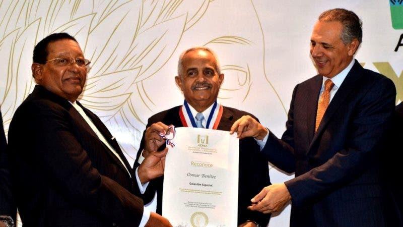 Osmar Benitez recibe reconocimiento ADHA