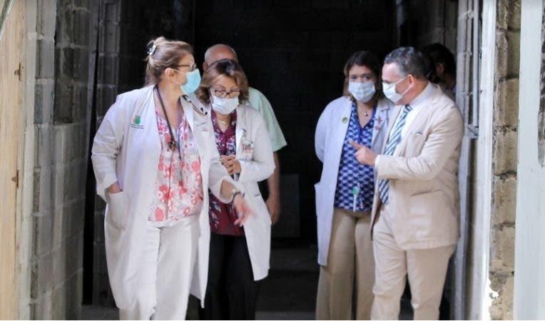 Ramón Ventura Camejo durante su recorrido por el hospital infantil/Fuente externa.