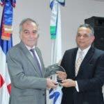 Ventura Camejo hace entrega de reconocimiento a Alberto Navarro.