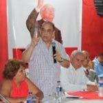 (foto) AZUA.- El ingeniero Quique Antún habla en el pre-congreso con dirigentes de la region sur