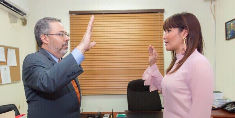 Juramentan director del Hospital Salvador B. Gautierc doctor Jorge Chaín Herrera.
