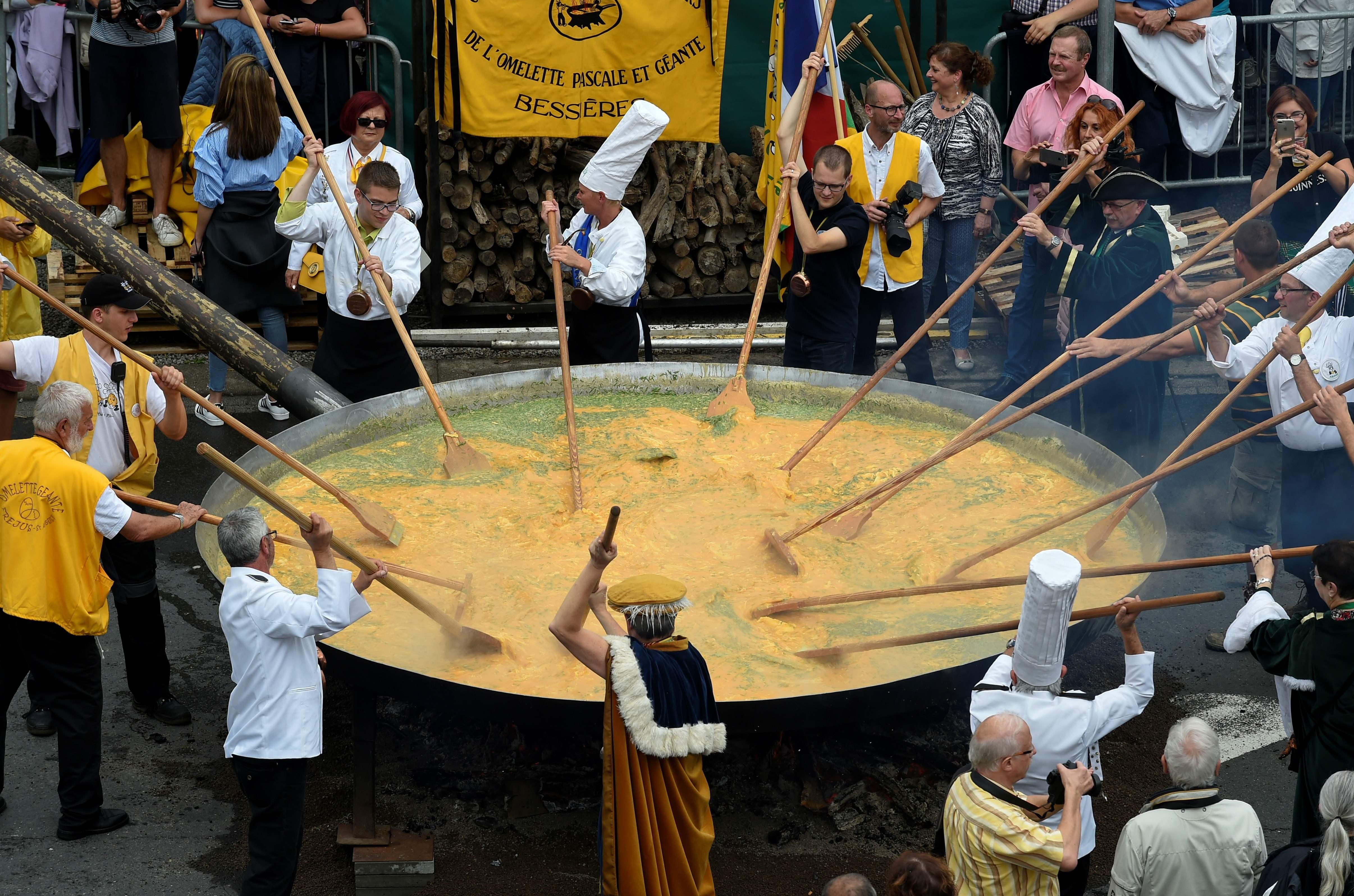 Video: Así se prepara un omelet gigante con casi 10 mil huevos