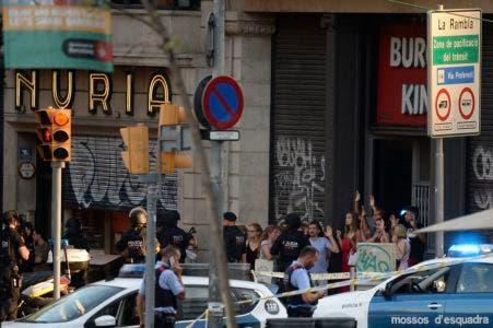 España intensifica la búsqueda del cabecilla de los ataques en Barcelona
