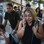 Una mujer conmocionada habla por teléfono en una calle de Barcelona, España, después de que una camioneta atropellara a varias personas en la concurrida zona de Las Ramblas, el jueves 17 de agosto de 2017. (AP Foto/Giannis Papanikos)
