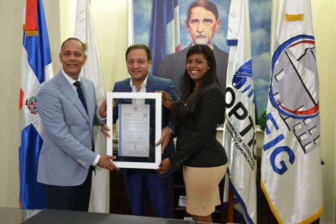 Alcalde Abel Martínez,recibe certificación,por parte de los funcionarios_opt