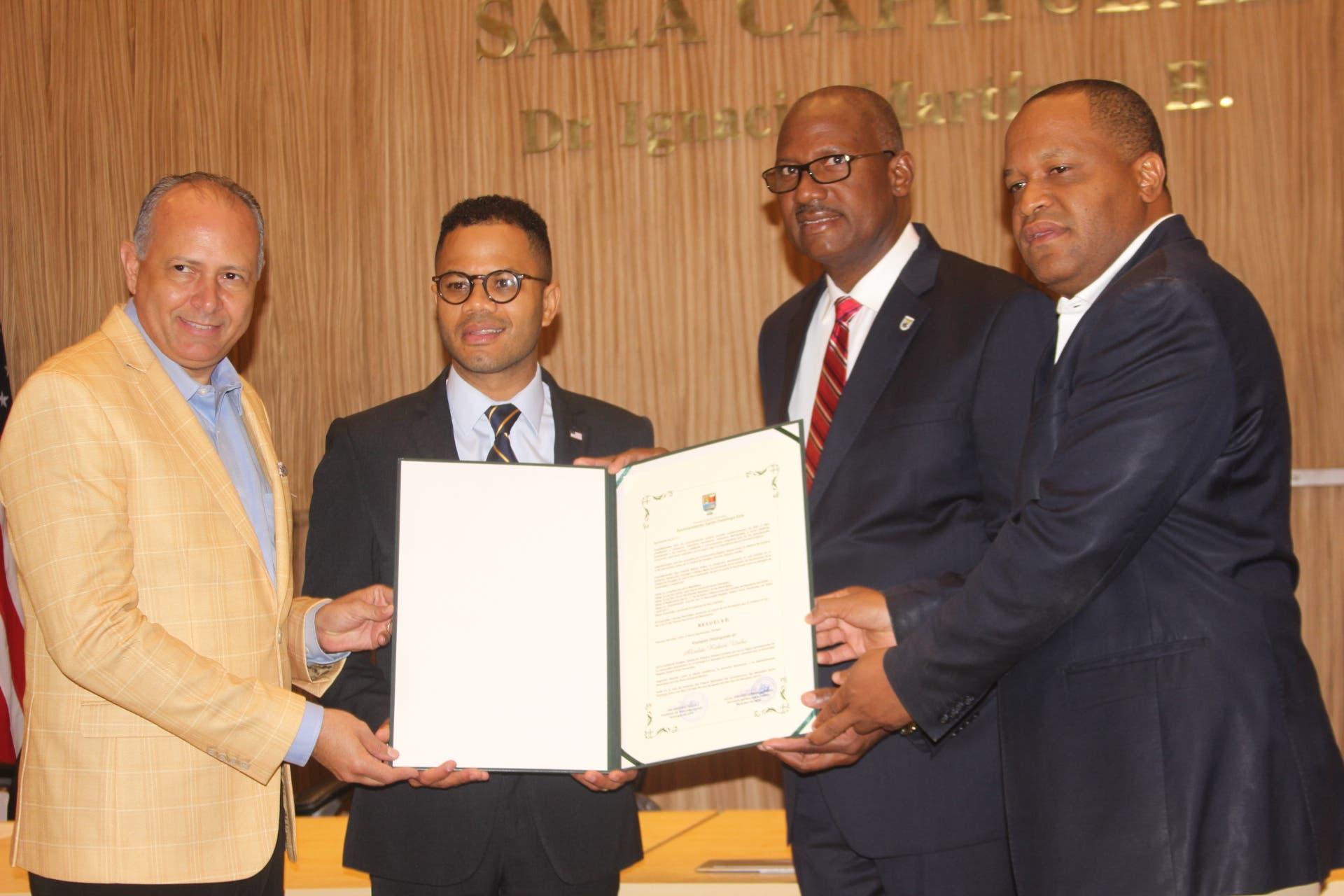 Alcaldía SDE reconoce a Robert Uribe como huésped distinguido