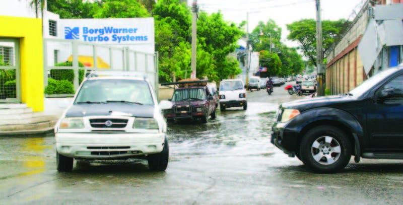 Calle Guarocuya esquina Caonabo, en la Zona Industrial de Herrera, sin drenaje pluvial.