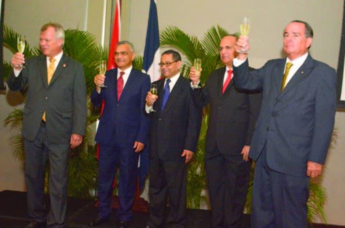 Durante el brindis por Suiza, el embajador de Suiza, Urs Schnider; Carlos Gabriel García, Mariano Germán, Julio César Castaños Guzmán y el embajador de Chile, Fernando Barrera Robinson.