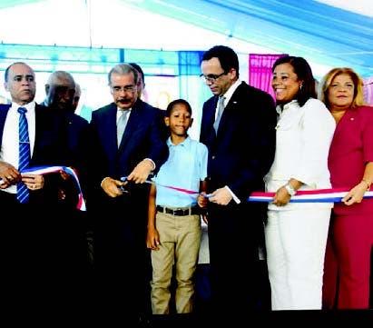 El presidente Danilo Medina entregó tres obras.
