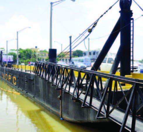 El puente Flotante que comunica a Villa Duarte con el DN.