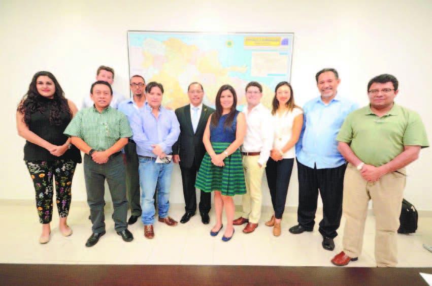 Empresarios guatemaltecos junto al embajador de su país durante su visita al periódico HOY