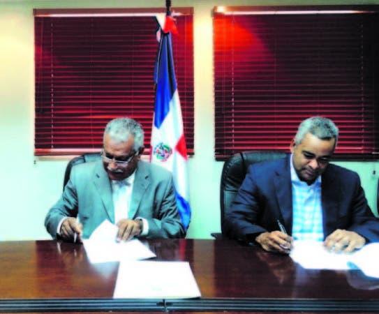 Ernesto Reyna Alcántara y Joel Santos en la firma del acuerdo