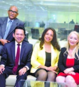Evony Suazo, al centro; Doris Elsa Nouel y los abogados Antonio