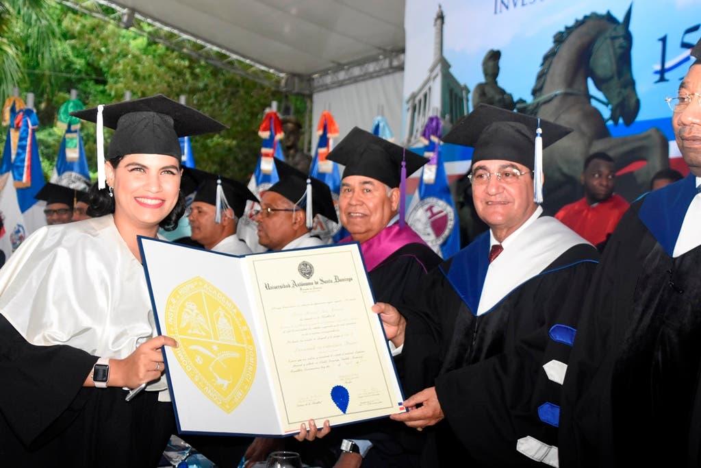 El rector de la UASD, doctor Iván Grullon Fernández, otorga a la graduanda Fairuz Benazil Issa Ricardo el titulo que la acredita licenciada en Educación Básica Magna Cum Laude, al obtener índice académico de 93.1, el más alto entre sus compañeros graduandos..