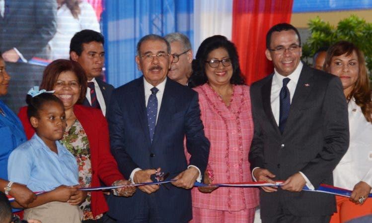 Medina entrega tres escuelas en Santo Domingo