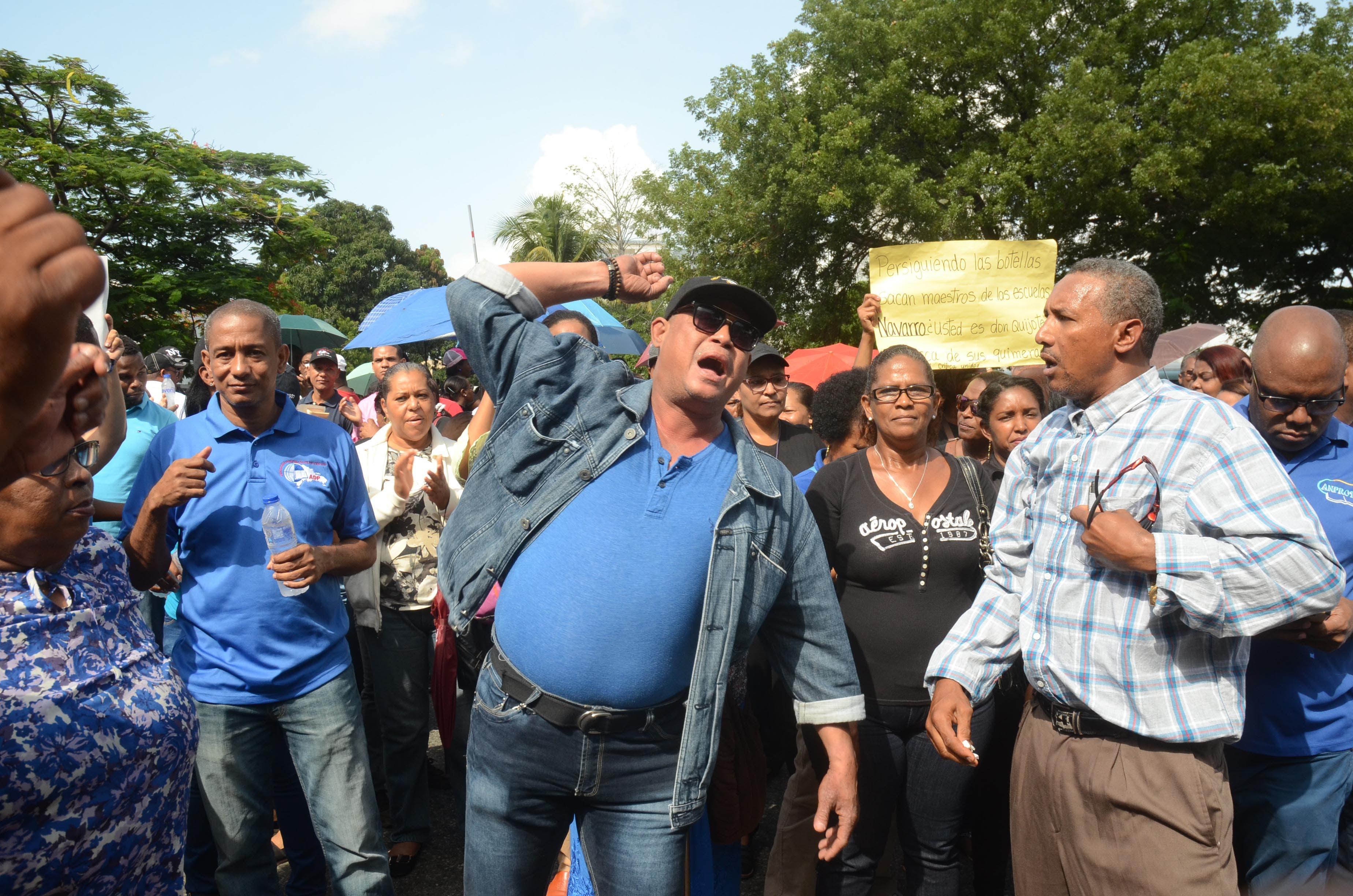 Asociación Dominicana de Profesores (ADP) demandó del Ministerio de Educación (MINERD) que sean desbloqueados y repuestos en sus centros, durante una protesta en la MINERD Santo Domingo República Dominicana, 23  de agosto del 2017. Foto Pedro Sosa