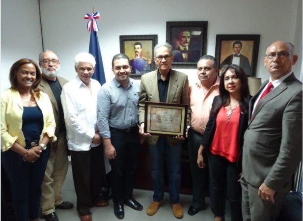 Leger recibió la condecoración de mano del vicecanciller hondureño, José Isaías Barahona/EFE