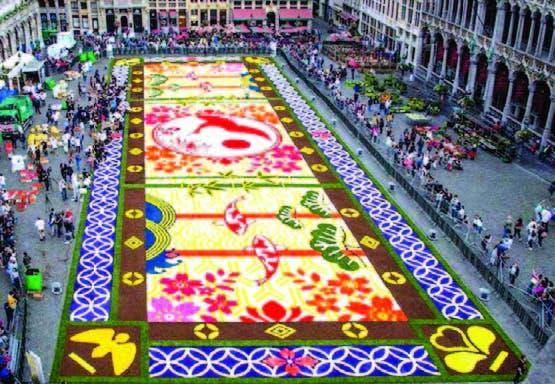 La alfombras de flores extendidas en la Grand Place de Bruselas