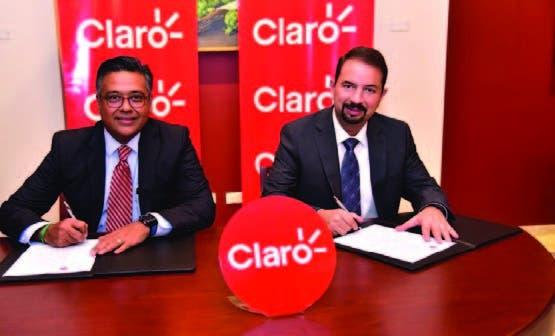 Los ejecutivos Oscar Peña y Martín Castillo durante la firma