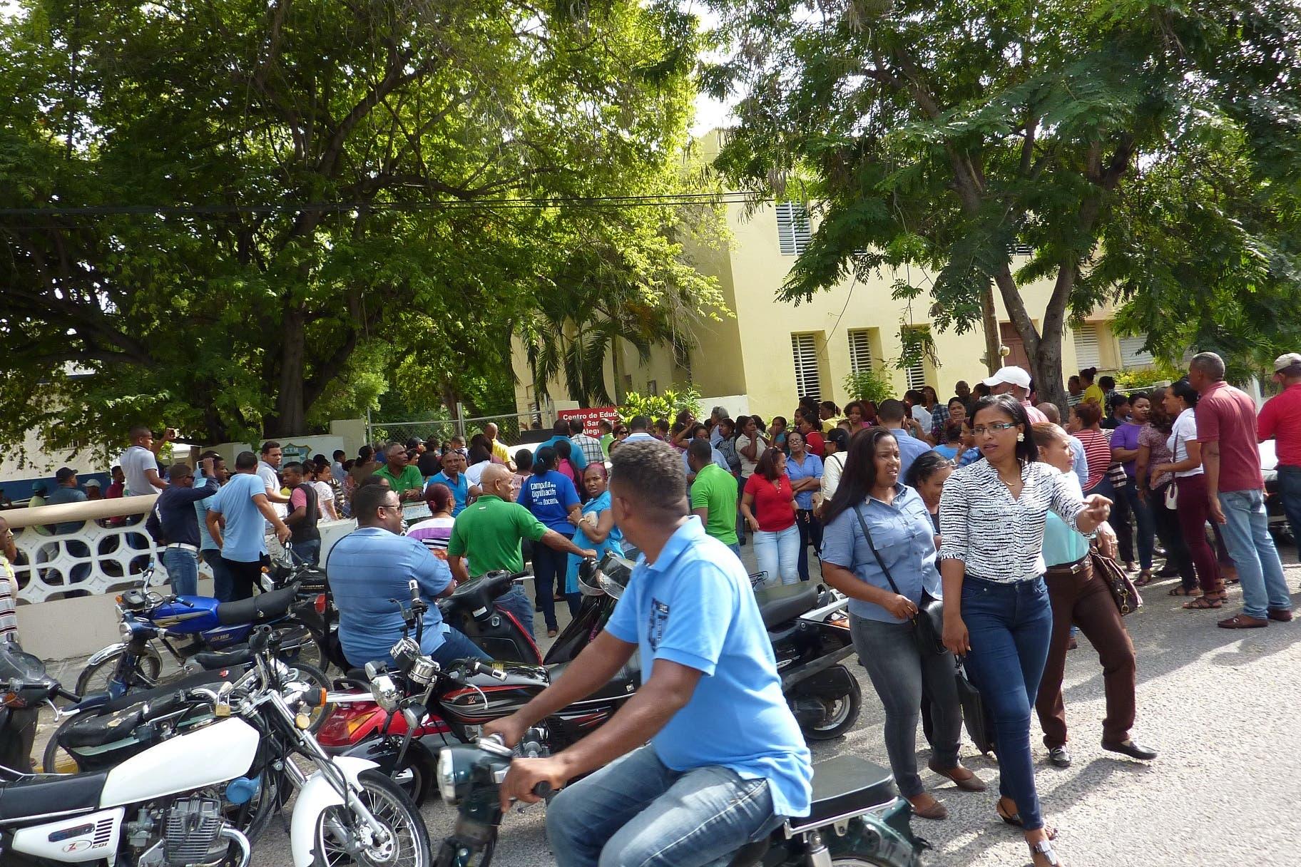 Maestros se manifiestan frente a centro Fe y Alegría en rechazo al inicio del año escolar