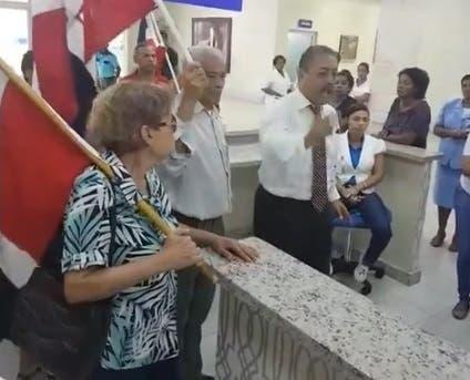 """Video: """"tienen que atender primero a las dominicanas"""", dice grupo protestó en Maternidad de Los Mina por parturientas haitianas"""