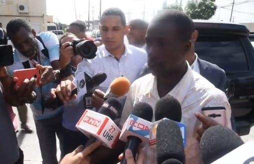 En momentos que era conocida la coerción impuesta a Taveras, un año de prisión preventiva en Najayo, Carrión vociferaba las expresiones indignado con quien le tronchó la vida a su hijo el pasado viernes 4 de agosto. Fuente externa.