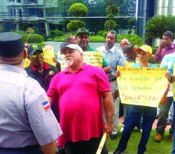 Obreros reclaman pago bonificación por obras de constructora Odebrecht