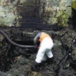 Técnicos de Falcondo succionaban ayer fuel oil en el Valle Encantado de Quinta Sueño, Haina
