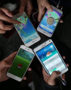 SYD01. SYDNEY (AUSTRALIA), 19/07/2016.- Vista de un grupo de gente jugando Pokemon Go en sus teléfonos móviles cerca de la Ópera de Sydney en Sydney, Nueva Gales del Sur, (Australia) hoy, miércoles 20 de julio de 2016. La Ópera de Sydney puso señuelos de Pokemon en la zona durante dos horas el 20 de julio, invitando a los jugadores para llegar a la estación de servicio para buscar las criaturas de ficción. EFE / DAVID MOIRPROHIBIDO SU USO EN AUSTRALIA Y NUEVA ZELANDA