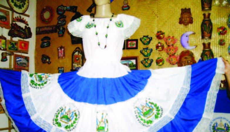 tLas diseñadoras confeccionan vestidos hechos a mano