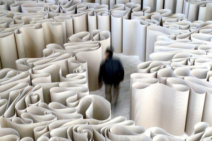 Un visitante camina por el laberinto de 2100 metros de cartulina que compone la instalación del artista italiano Michelangelo Pistolleto en la Galeria Continua del distrito artístico 798 Dashanzi en Pekín, China. EFE/Michael Reynolds
