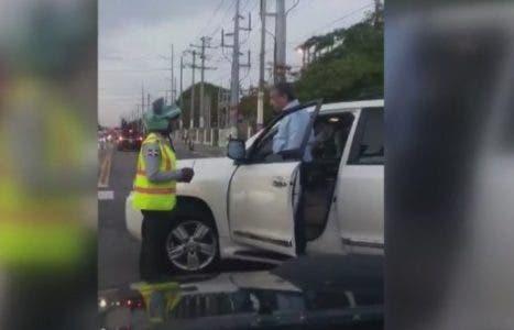 Video: Diputado discute con agentes de Amet que no le dejaban cruzar en rojo