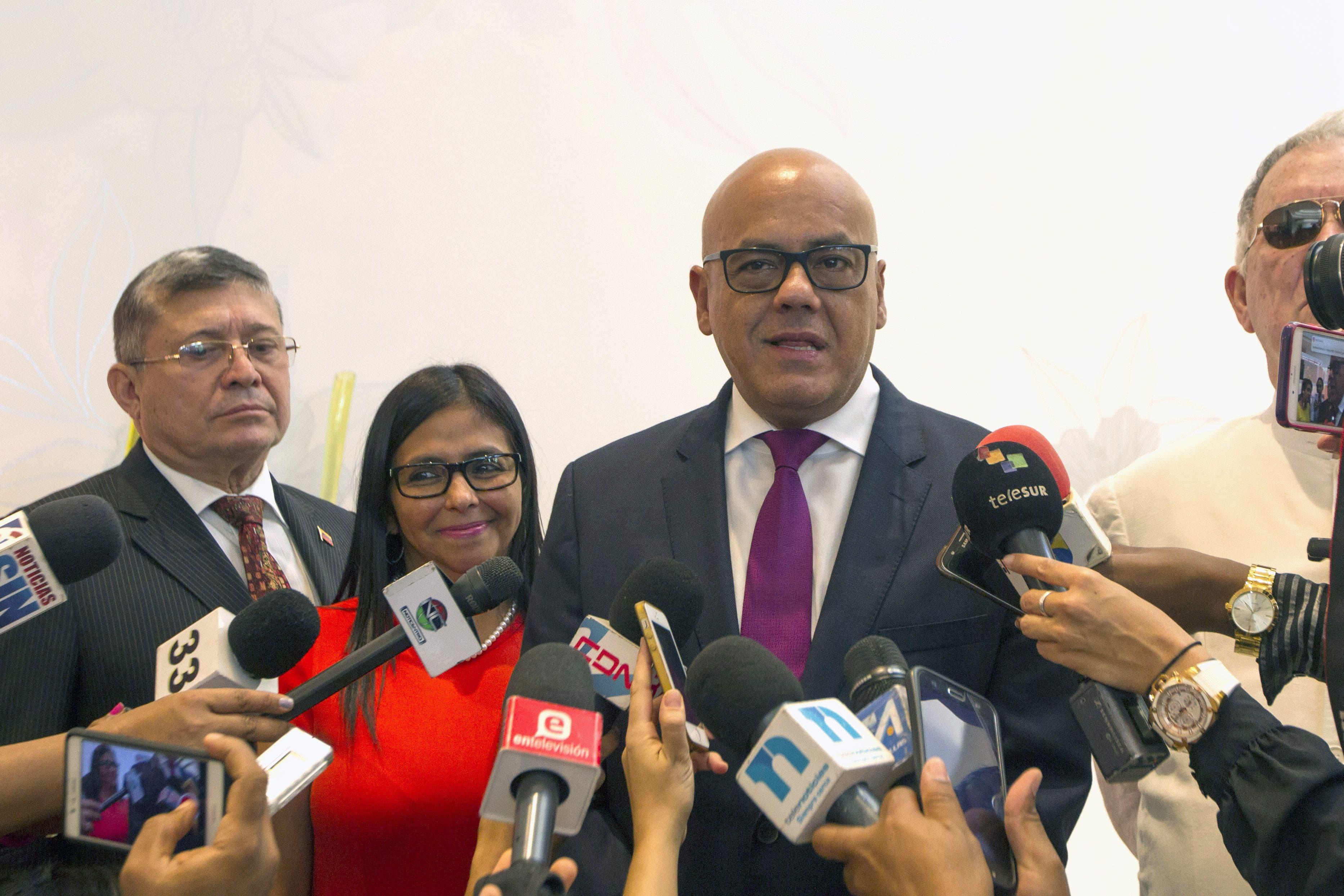 La presidenta de la Asamblea Constituyente de Venezuela, Delcy Rodríguez (2ª-L) y Jorge Rodríguez (R), alcalde del municipio Libertador de Caracas y líder del Partido Socialista Unido de Venezuela, pro-gobierno, hablan durante una conferencia de prensa en la que hablaron sobre los diálogos entre la oposición y el gobierno que se llevaron a cabo hoy en Santo Domingo