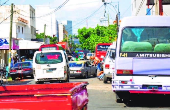 Carros y minibuses forman un gran caos en calle Juana Saltitopa, en sector Mejoramiento Social
