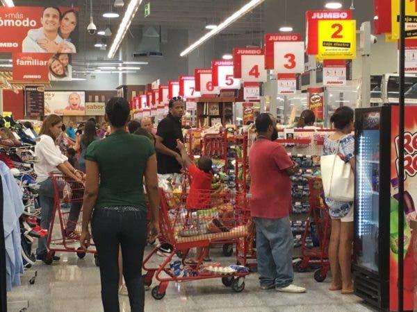 Población se prepara ante inminente paso de huracán Irma por el país