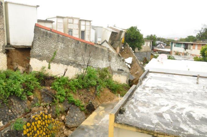 La pared trasera del cementerio de la 30 de Marzo cayó alrededor de las 2:00 de la mañana, producto de las lluvias del huracán María. Foto:  Rafael Vargas Molina/HOY.