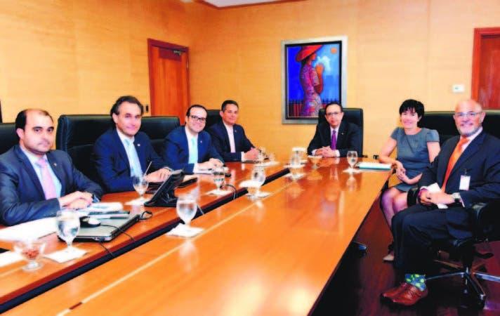 El gobernador del Banco Central, Héctor Valdez Albizu, junto a los directores administrativos de