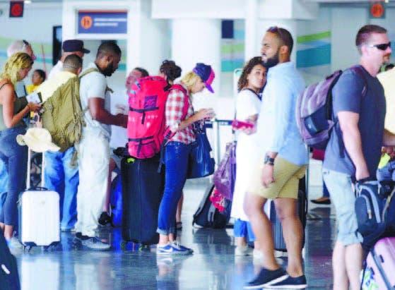 Regresan a hoteles turistas movilizados por huracán María