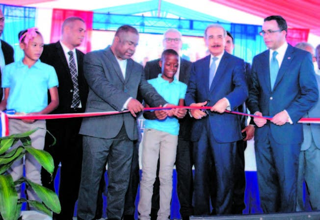 El presidente Danilo Medina corta la cinta que dejó inaugurada la escuela Ulpina González Méndez