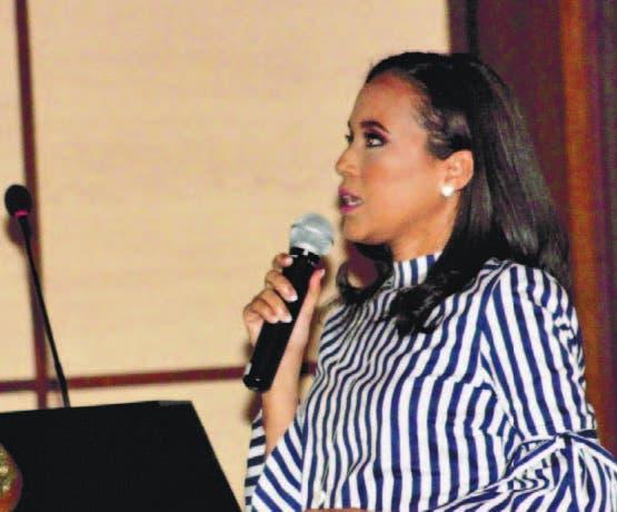 La doctora Wendy Mercedes Bidó, cuando presentaba el estudio
