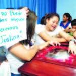Los compañeros de clases de Kimberly lloran inconsolables encima del féretro