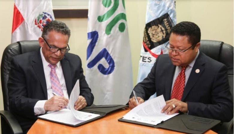 Ramón Ventura Camejo y Ramón Rodríguez, durante la firma.